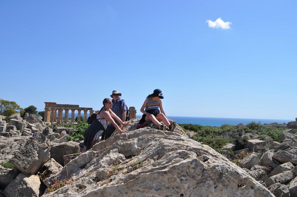 Étudiant grimpant sur des blocs gigantesques du temple G, Selinunte