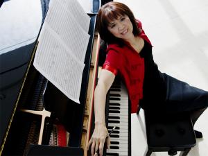 Alexina Louie photo, at piano