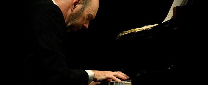 Photo de David Lutz avec piano