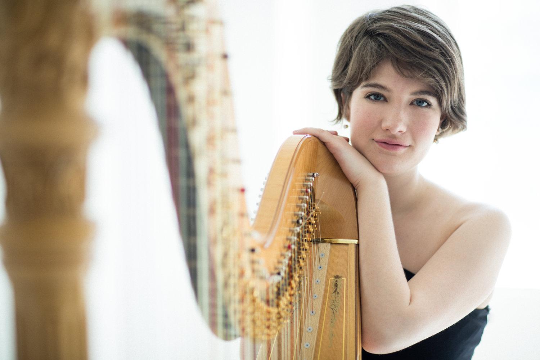 Photo d'Emily Levin avec harpe