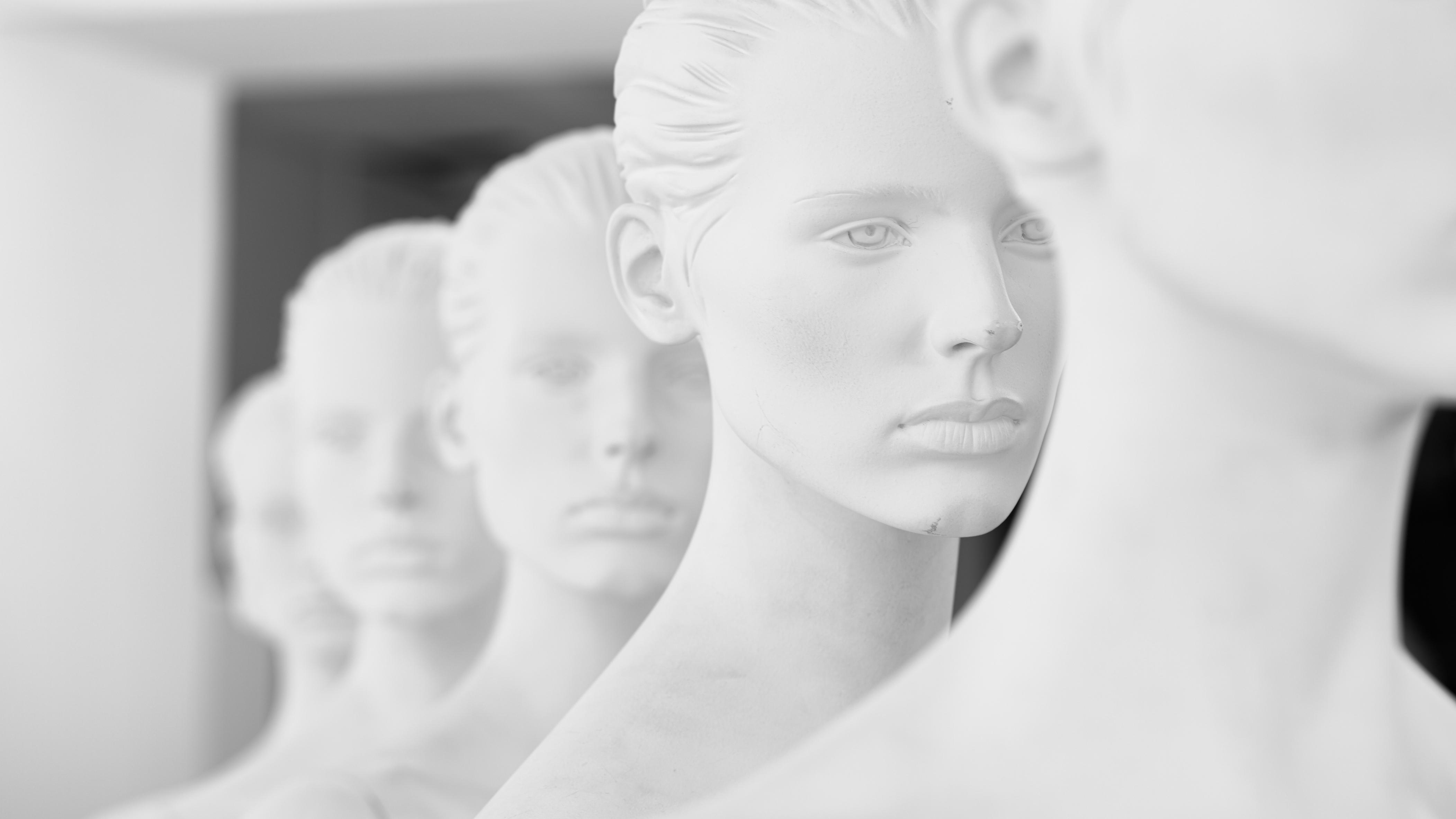 Image de : rangée de têtes de mannequin
