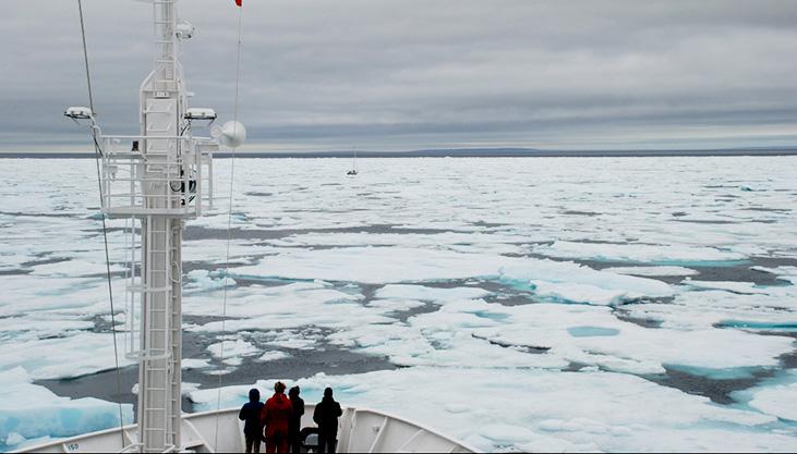 À bord du bateau dans l'océan Arctique