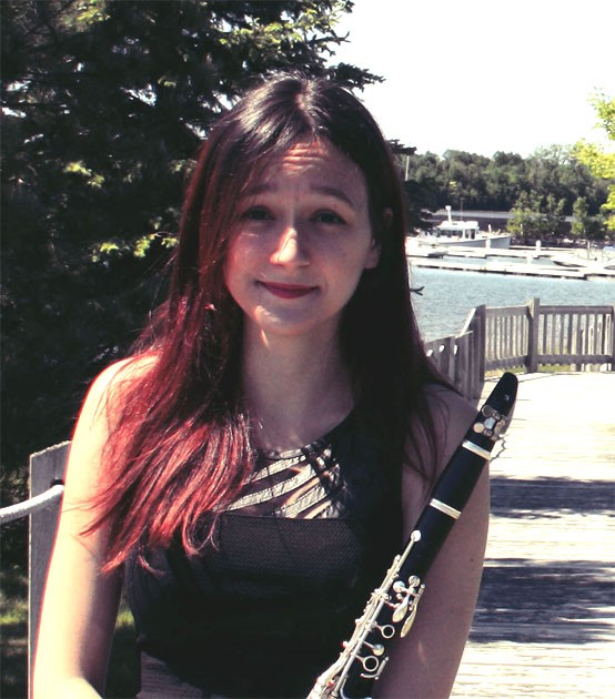 Ariane Saulnier photo with clarinet