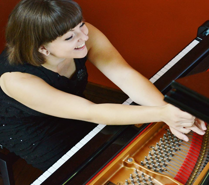 Catherine Paquette photo, at piano