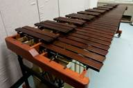 Vue latérale d'un marimba de cinq octaves Yamaha