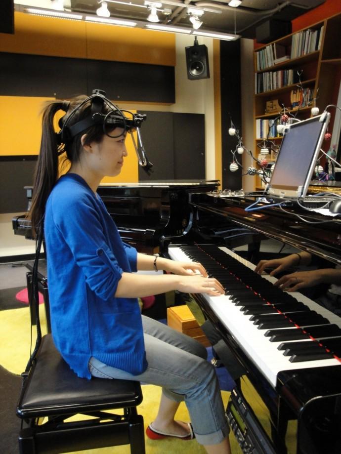 Des suiveurs oculaires captent le mouvement des yeux de la pianiste qui lit sa partition.