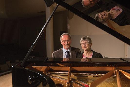 Photo de David et Shelagh Williams, avec piano